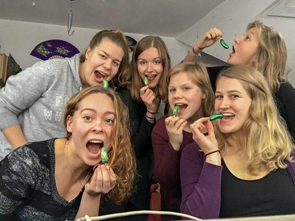 """6 Mädels, jede hat ein """"Weihnachtsgurke"""" in der Hand, alle machen irgendwelche Faxen mit ihr."""