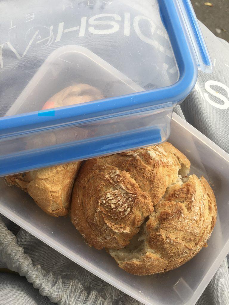 Brötchen in einer Brotdose. Ganz Zero Waste-mäßig.
